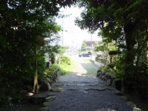 堅田神社から国道42号へ