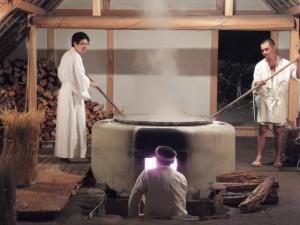 御塩焼所での荒塩焚き上げ作業(御塩殿神社)