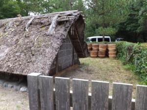 御塩汲入所と鹹水が詰められていた樽(御塩殿神社)