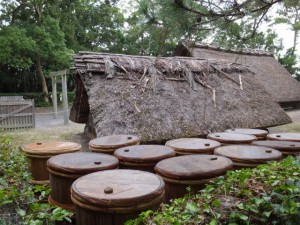 御塩汲入所脇、鹹水が詰められていた樽(御塩殿神社)