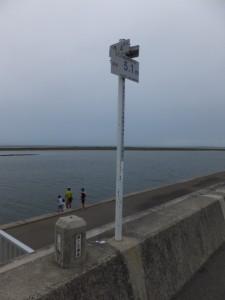 宮川河口から0.4km、国土交通省 河川距離標