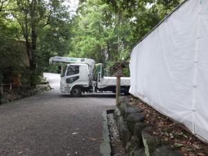参道を新御敷地へ向かう神宮司廳のトラック(月讀宮)