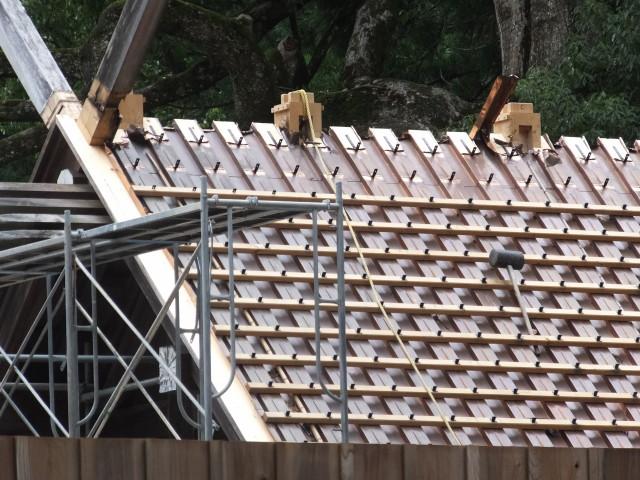 屋根の萱が取り外された御正宮旧宮の四丈殿(外宮)
