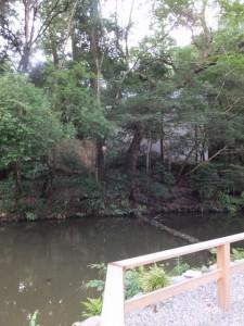 御池越しに望む御造営中の土宮の新御敷地(外宮)