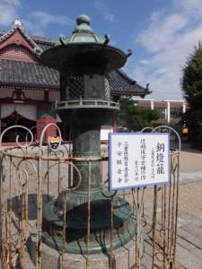 子安観音寺内の銅燈籠