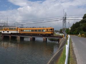 蓬莱橋(堀切川)と近鉄名古屋線 踏切道 磯山 第7号、伊勢-2(9334)