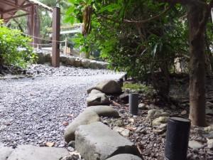 月夜見宮の宮域に祭られているお稲荷さんの参道