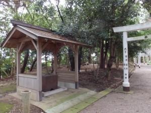 離宮院公園側の参道に置かれた官舎神社の手水舎