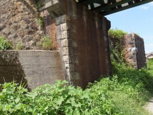 汁谷川に架かるJR参宮線の鉄橋と別の橋台?