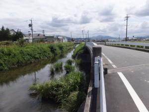 汁谷川に架かるJR参宮線の鉄橋からさらに上流側へ