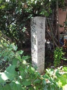 宮川渡場の道標(桜の渡し(宮川)の説明板付近から渡し跡へ)