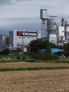 右方向に横浜ゴム(株) 三重工場を遠望(宮川の堤防道路から近鉄山田線方向へ)