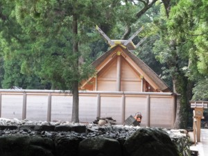 北御門参道から望む更地になった旧宮の御敷地と現在の御饌殿(外宮)