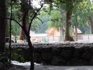 北御門参道から望む更地になった旧宮の御敷地と現在の御正殿(外宮)