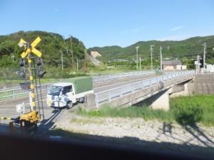 車窓から望む近鉄 松尾駅付近の松尾橋(加茂川)