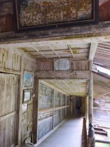 多数の絵馬が並べられている回廊(青峯山正福寺)