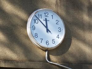 旧鳥羽小学校の校舎に残されている時計