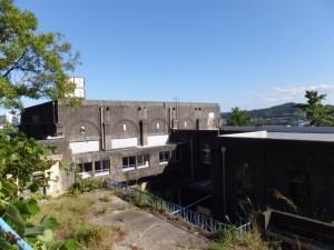 鳥羽城本丸跡への階段から望む旧鳥羽小学校の校舎
