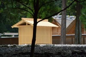 北御門参道から望む古殿地に設置された心御柱の覆屋(外宮)