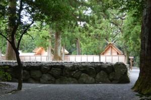 北御門参道から望む更地となった旧宮の御敷地と新宮(外宮)