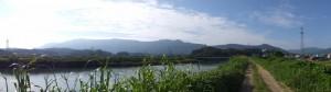 五十鈴川左岸堤防から遠望する堀割橋方向、左奥には朝熊ヶ岳