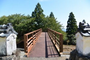 金剛證寺仁王門下から伊勢志摩スカイラインに架かる歩道橋へ