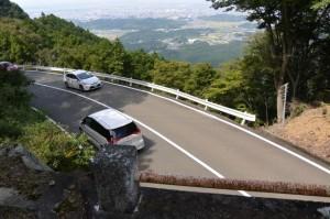宇治岳道の伊勢志摩スカイラインを越える橋から望む行き交う車