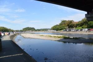 浦田橋の下から望む五十鈴川と河川敷駐車場