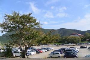 五十鈴川左岸堤防道路から望む宇治岳道が伝う稜線