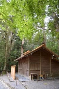 造替された蕃塀と修繕された忌火屋殿の屋根(瀧原宮)