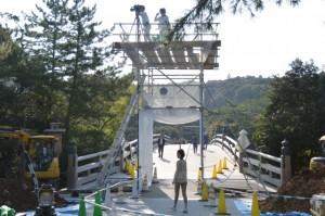 建て替えのため鳥居が取り外された宇治橋