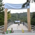 建て替えられた宇治橋の鳥居