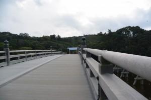 建て替えられた宇治橋 東詰の鳥居