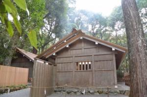 屋根から煙が漂う忌火屋殿(内宮)