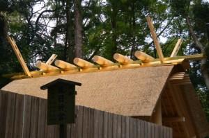 新御敷地の簀屋根が取り外された風日祈宮