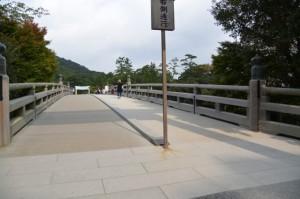 建て替えられた宇治橋 西詰の鳥居
