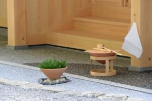 宿衛屋前に置かれた手水の土堝(月讀宮、御戸祭)