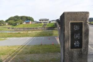 御側橋(五十鈴川)から望む宇治山田神社の社叢(興玉の森)