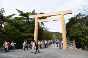 建て替えられた宇治橋の鳥居(東詰)