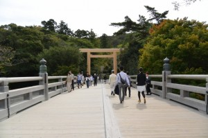 宇治橋から望む東詰の鳥居