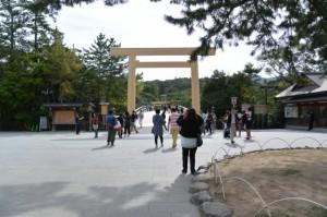 建て替えられた宇治橋の鳥居(西詰)