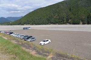 世界遺産熊野本宮館付近の堤防道路から眺める熊野川