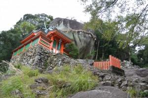 拝殿とゴトビキ岩(神倉神社)