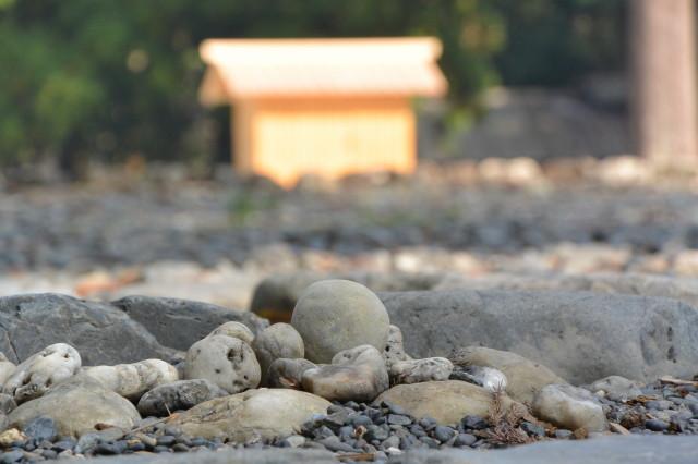 お気に入りの丸い石(豊受大神宮の古殿地)