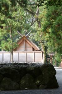 外宮北御門参道から望む古殿地と新宮の御饌殿