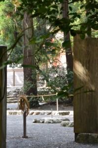 外宮忌火屋殿前庭越しに望む新宮の御饌殿