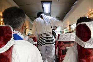 瀧原宮 お白石持行事、バスで運ばれる奉献者