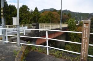 近畿自然歩道「滝原駅0.3km・・・」の道標付近