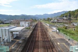JR滝原駅の跨線橋から望む紀勢本線の新宮駅方向