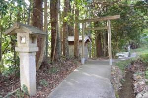 滝原大橋(大内山川)西詰付近の鳥居